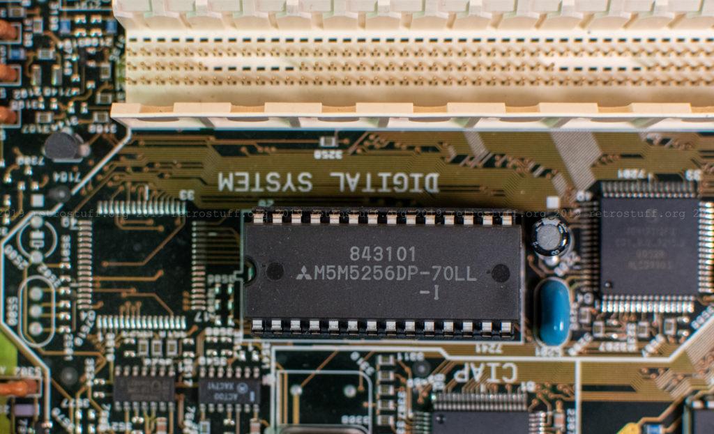 Mitsubishi M5M5256DP-70LL-I 32Kbx8 SRAM chip